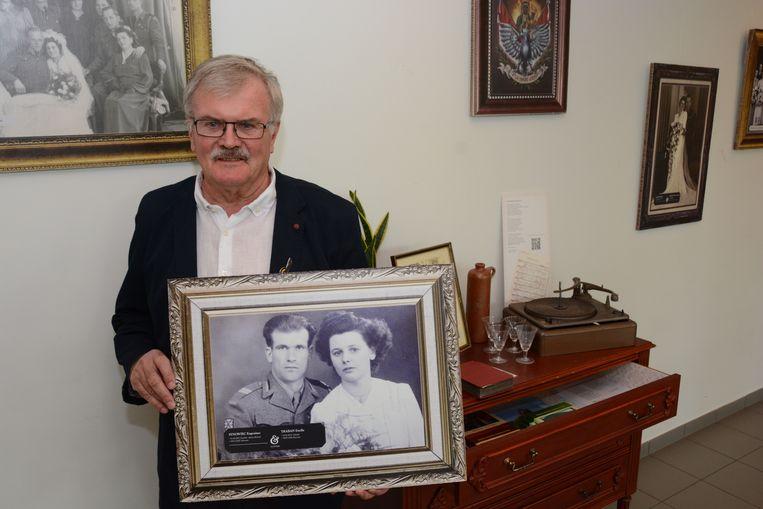 Tony Synowiec met de trouwfoto van zijn ouders die te zien is op de expo 'Poolse liefdes, Beverse huwelijken' in CC Ter Vesten.