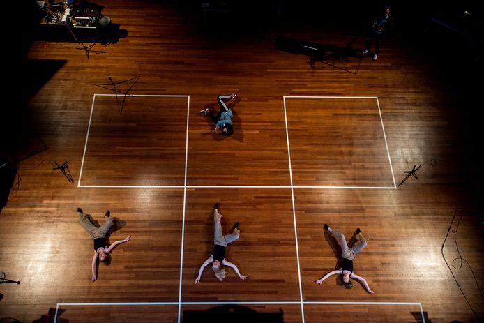 Danstalent van Zinder danst keurig op afstand op het in veilige afstandsvakken verdeelde podium van de Agnietenhof