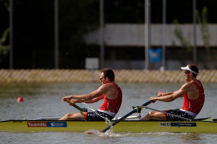 Sander de Graaf (l) met teamgenoot Vincent Klaassens in actie op het WK in Plovdiv.