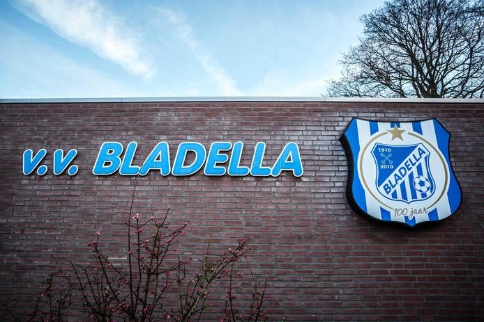 Voor de deur bij voetbalvereniging V.V. Bladella.