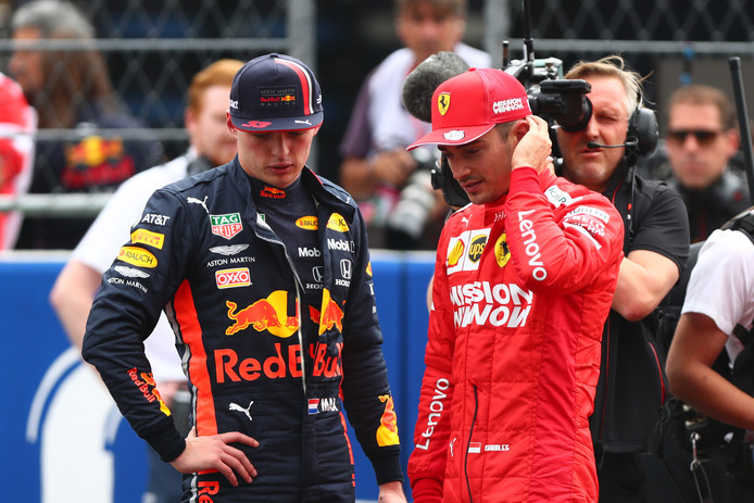 Max Verstappen in gesprek met Charles Leclerc, de man die nu in Mexico vanaf pole position start.