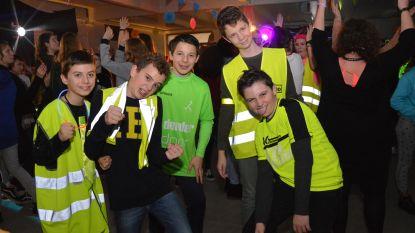 Leerlingen die goed zichtbaar voor verkeer naar school komen beloond met fluofuif