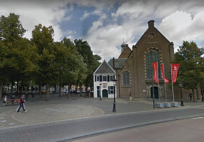 Hier is het Janskerkhof nog rustig, morgen protesteren studenten op het plein tegen het woningtekort.