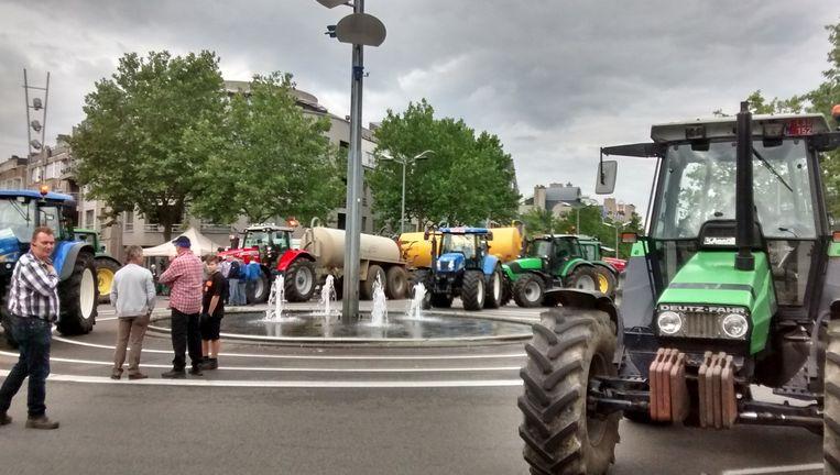 Boze boeren bezetten een rotonde op de Europalaan in Genk.