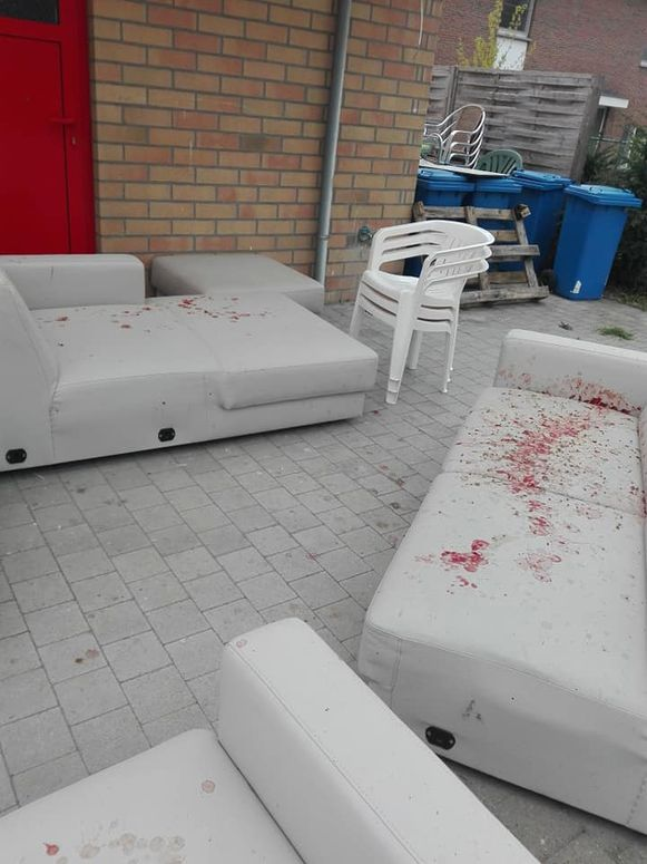 De zetels werden besmeurd met tomatensaus.