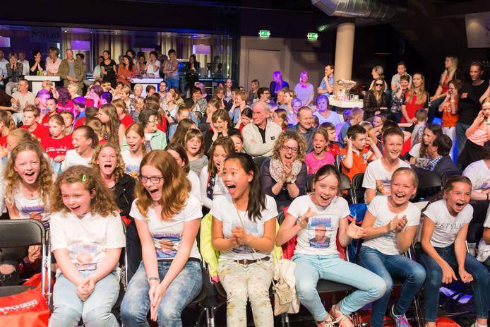 De kinderen schreeuwen zich schor tijdens het Onderwijsgala 2016 van BN DeStem als ze hun favoriete kandidaat aanmoedigen.