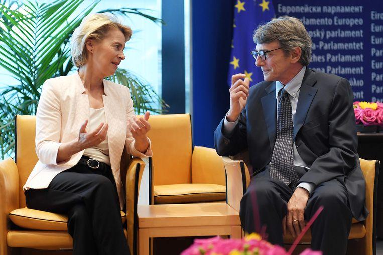 De Duitse kandidaat-commissievoorzitter Ursula von der Leyen (links) maakt woensdag in Straatsburg kennis met de nieuwgekozen voorzitter van het Europees Parlement, David Sassoli.   Beeld AFP