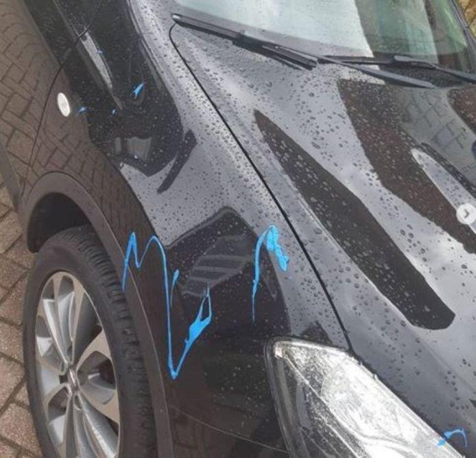 Een van de getroffen auto's die onder de blauwe verf kwamen te zitten in Winterswijk.