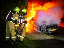Mercedes brandt uit in Rheden, brandweer gaat uit van opzet