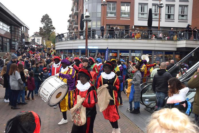 De Pieten vullen winkelcentrum De Meent in Papendrecht met muziek.