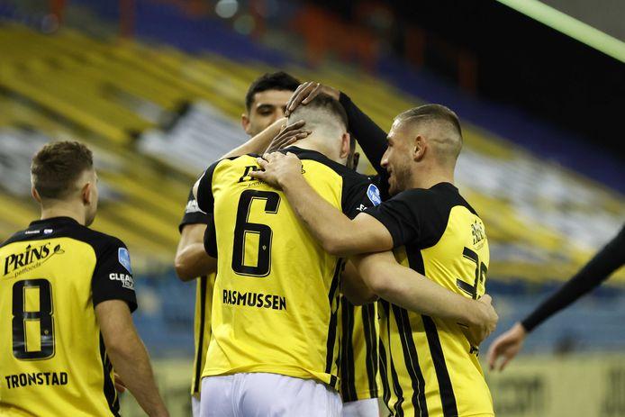 Vitesse viert de goal van Jacob Rasmussen (6). Met Armando Broja, Sondre Trontstad en Maximilian Wittek.