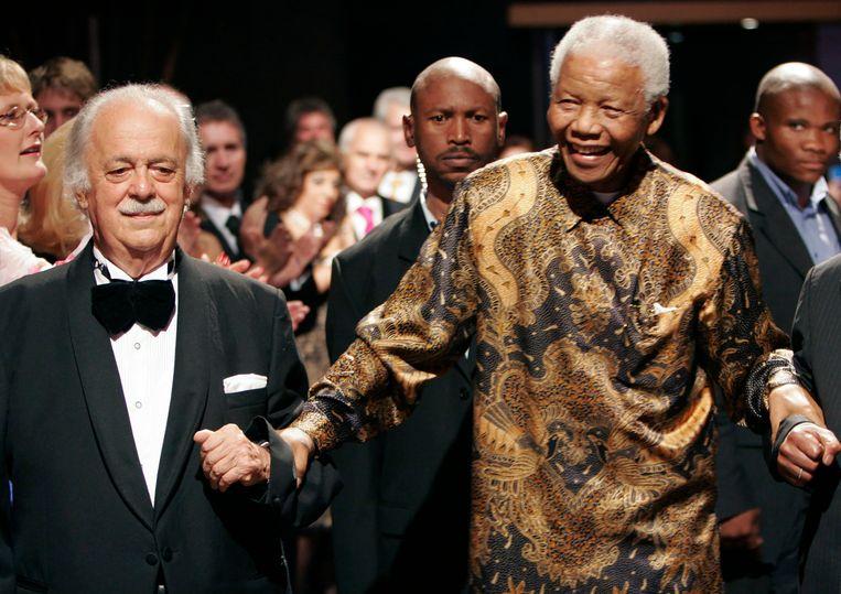 Bizos met Mandela in 2008, tijdens de viering van zijn 90ste verjaardag in Johannesburg. Beeld AP
