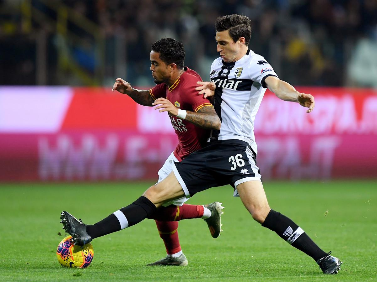 Justin Kluivert in duel met Parma-back Matteo Darmian.