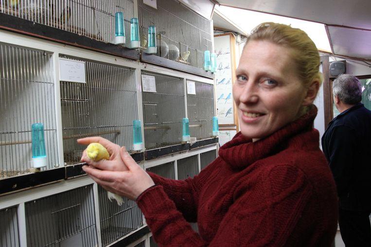Patricia Inghelbrecht van De Gouldamandine met een Lancashire-parkiet, de soort die gestolen werd.
