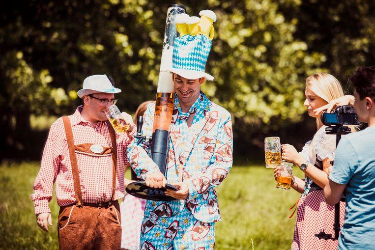 Oktoberfest Wevelgem - organisator Maxim Declercq (centraal) met veel bier