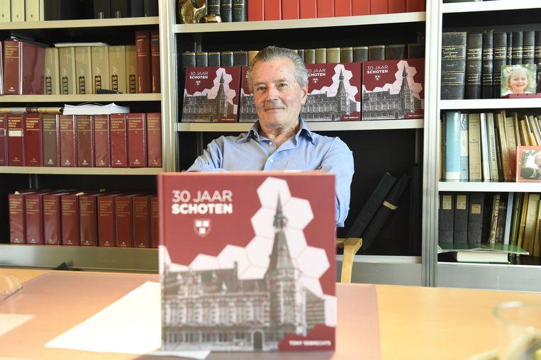 Oud-burgemeester Tony Sebrechts met zijn boek over 30 jaar Schoten.