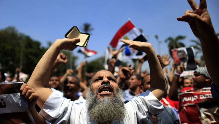 Aanhangers van Morsi demonstreren in de buurt van de Universiteit van Caïro Beeld ap