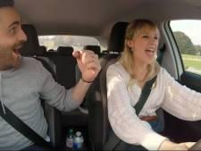 """Angèle prend une leçon de conduite dans le """"Carpool Karaoke"""""""