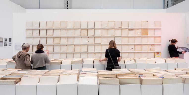 Rutherford Chang, 'We Buy White Albums'. Te zien in Kunsthal Rotterdam op de tentoonstelling Black Album, White Cube. Beeld Rutherford Chang