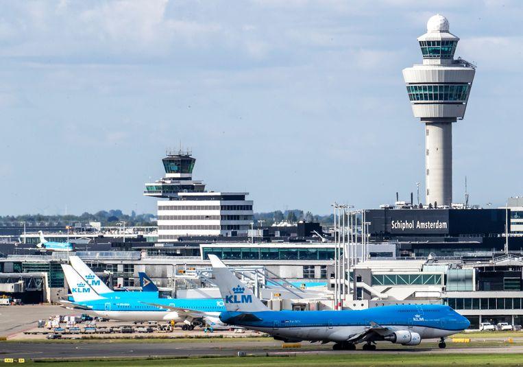 Toestellen van de KLM op luchthaven Schiphol. KLM voert vanwege de coronacrisis nauwelijks vluchten uit. Desondanks wil het kabinet plannen voor de toekomst schetsen. Beeld ANP