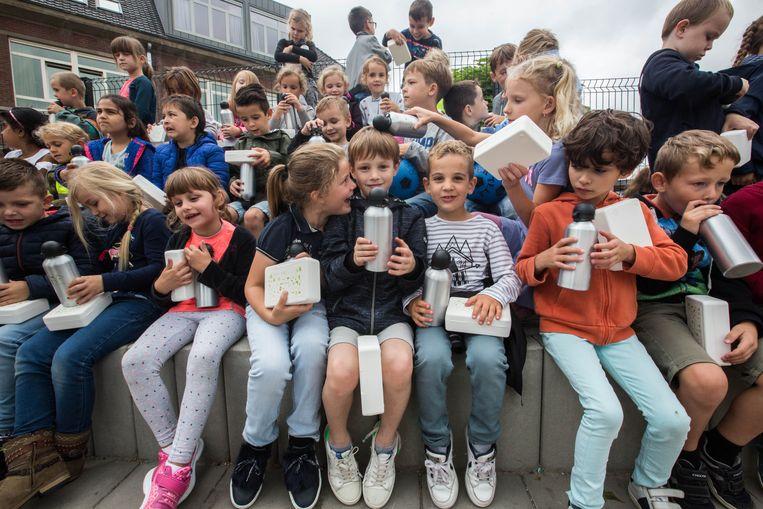 Bilzen deelt gratis brooddozen en drinkbussen uit aan de lagere school Het Talentenhuis in Beverst. Kwestie van de boterhammen niet langer in foliepapier te verpakken en mee naar school te brengen. Kinderen leren duurzaam omgaan met voeding en afval.