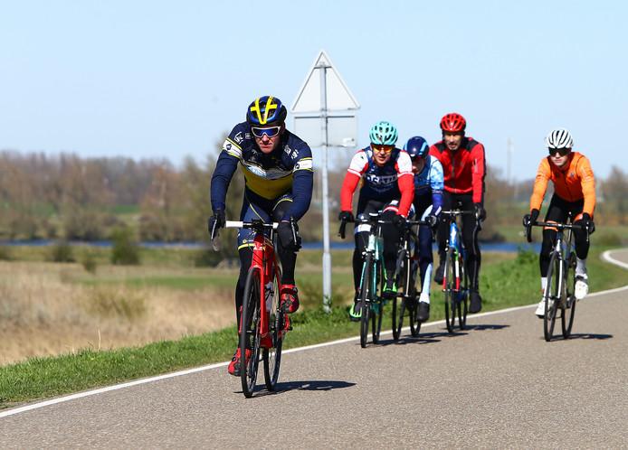 Het was afgelopen weekend perfect weer om te wielrennen. Burgemeester Sjors Fröhlich van Vijfheerenlanden ergerde zich aan grote groepen die hij voorbij zag komen:,,Echt geen 1,5 meter ertussen. Doe dat niet!''