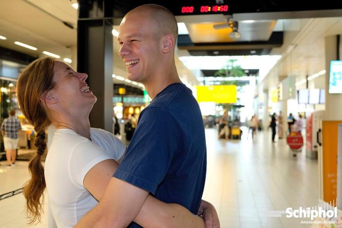 Guus van Dongen uit Breda en Leonie Jacobs uit Den Bosch halen wereldrecord met 30 uur knuffelen.