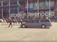 Kippenvel! Politiepaarden brengen laatste groet aan overleden 'suikeroma' Jopie (99)
