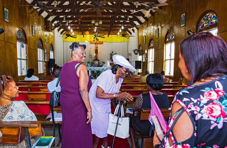 Ouderen bezoeken de kerk op St.-Eustatius. Beeld Sinaya Wolfert