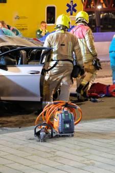 Twee kinderen zwaargewond nadat auto over de kop slaat op Posthumalaan