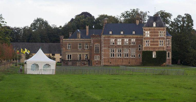 Aan het waterkasteel Vogelsanck staat al een witte tent klaar om de bezoekers te ontvangen.