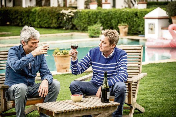Jan Leyers en Bart Kaëll genieten samen van een wijntje.