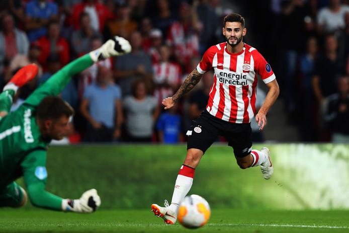 Gastón Pereiro in actie tegen FC Utrecht.