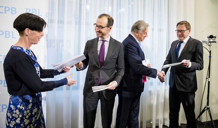 CPB-directeur Laura van Geest en PBL-directeur Hans Mommaas presenteren de doorrekeningen van het Klimaatakkoord aan minister Eric Wiebes en Ed Nijpels, voorzitter van het Klimaatberaad. Beeld ANP