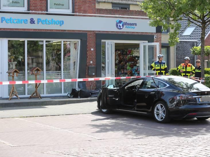 Tesla-bestuurder rijdt tegen gevel van dierenwinkel in Hoogerheide