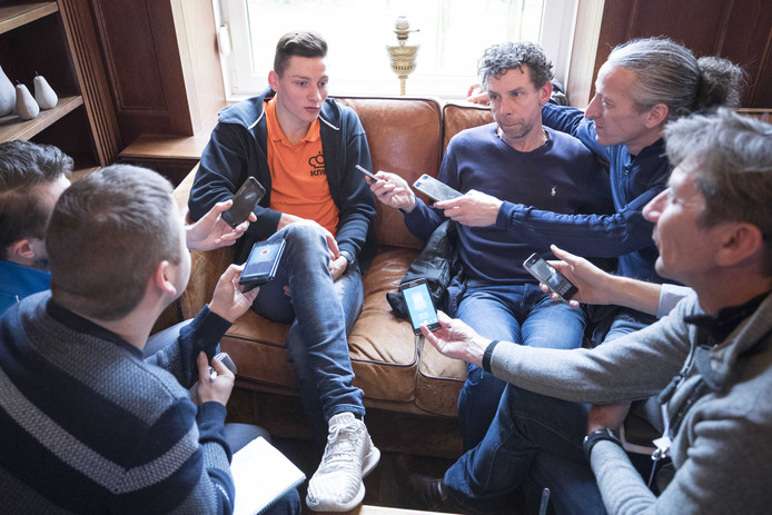 Mathieu van der Poel tijdens een persbijeenkomst van de KNWU voorafgaand aan het WK veldrijden in Valkenburg.