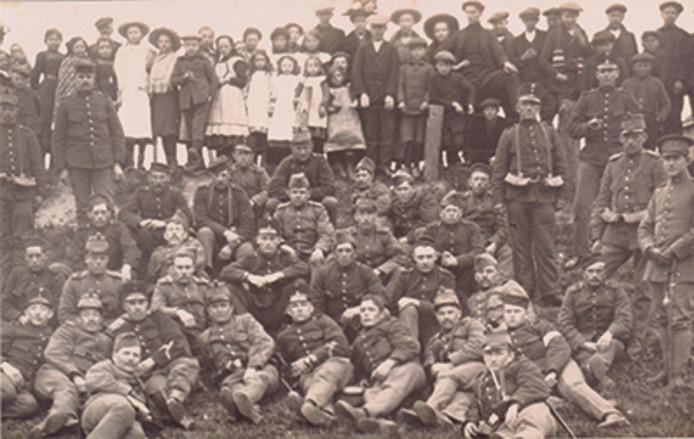 Militairen, Belgische vluchtelingen en Truzementse jeugd samen op de foto