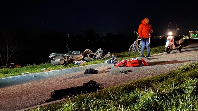 De scooter en fietser kwamen in de bocht met elkaar in botsing.