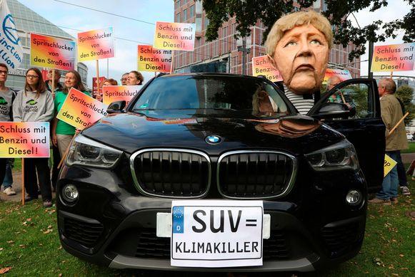 Niet iedereen is gecharmeerd van de autoshow. Milieuactivisten demonstreerden vanochtend bij de opening. Een van de demonstranten droeg een masker met het gezicht van bondskanselier Angela Merkel bij een  BMW waarop een nep-kenteken was geplakt: 'SUV = klimaatkiller'. Andere demonstranten droegen borden met onder meer 'Kappen met benzine en diesel!'.