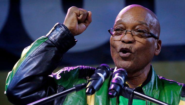 President Jacob Zuma spreekt zijn supporters toe na de overwinning van het ANC.