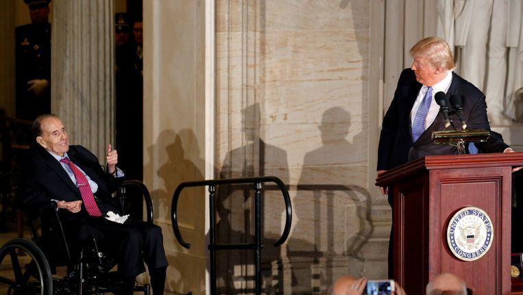 President Trump (rechts) woensdag tijdens de uitreiking van een medaille aan de vroegere Republikeinse voorman in het Congres, Bob Dole. Beeld null