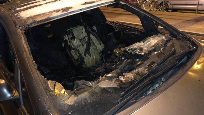 Wagen volledig vernield na vermoedelijke brandstichting