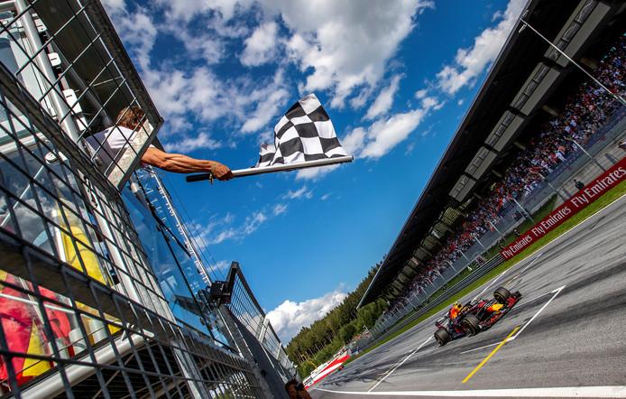 Max Verstappen komt in Oostenrijk over de finish.
