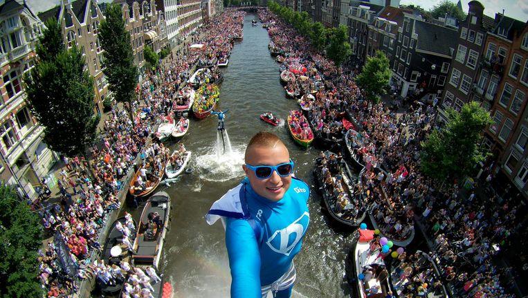 Flyboarder Bo Krook tijdens de Canal Pride in 2016. Beeld Bo Krook