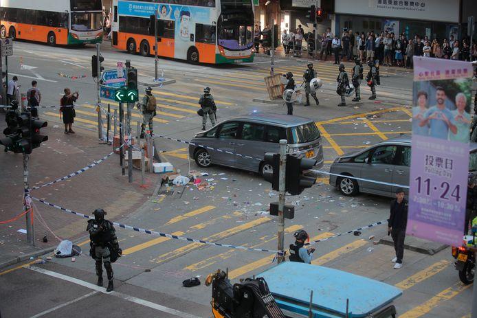 Politie heeft de straat afgezet waar de demonstrant werd neergeschoten.
