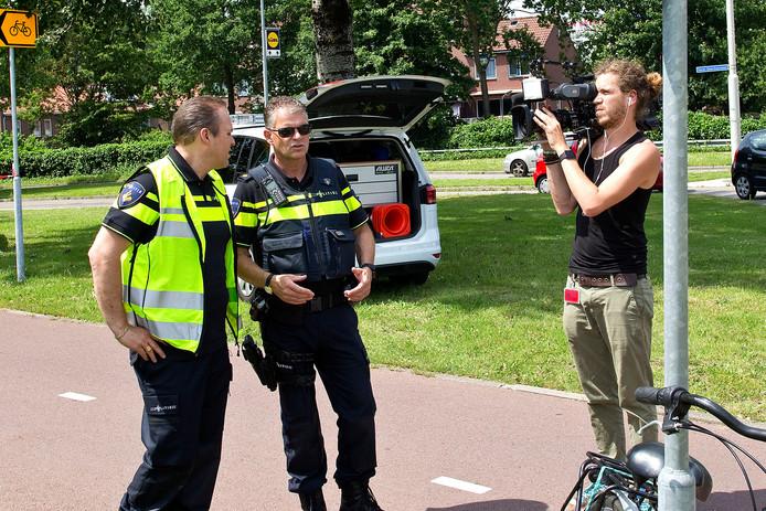 Frans Bauer (links) wordt gefilmd bij een aanrijding in Zwijndrecht.