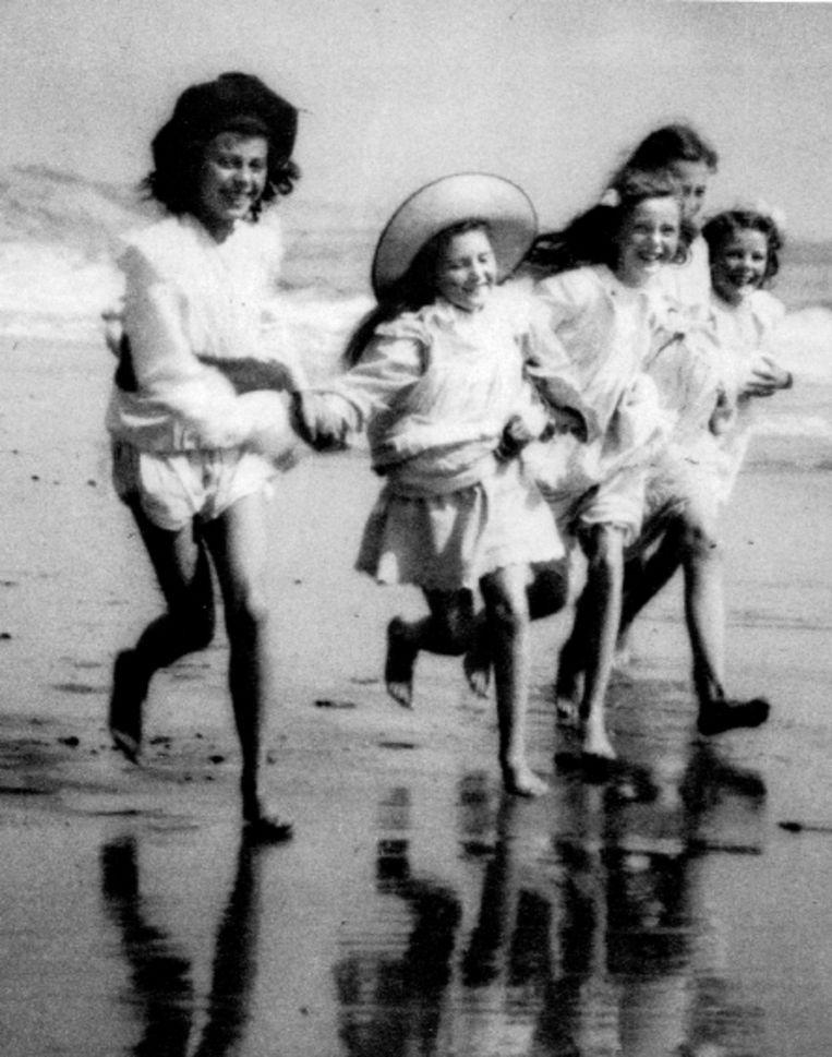 Begin vorige eeuw: Engelse meisjes op het strand. (Trouw) Beeld