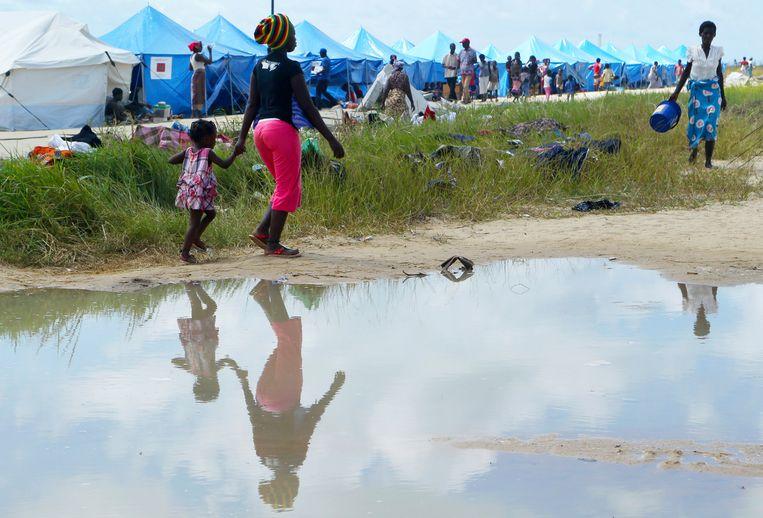 Zeker door het stilstaande water en de overvolle opvanglocaties kan cholera snel om zich heen grijpen en met name kinderen zijn dan kwetsbaar.