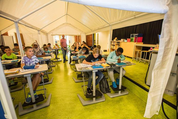 De leerlingen kregen een tijdje les in een tent in de aula