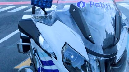 Bromfietser langs verkeerde kant van rijbaan ontsnapt aan politie